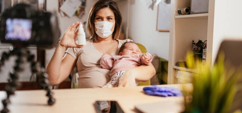 Une maman se filme avec des produits