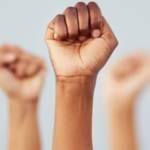 Des mains qui lèvent le poing