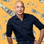 Jeff Bezos avec des billets de banque derrière lui