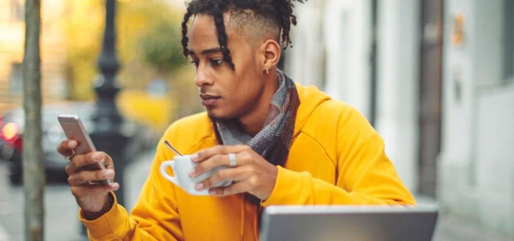 Un freelance à une terrasse de café