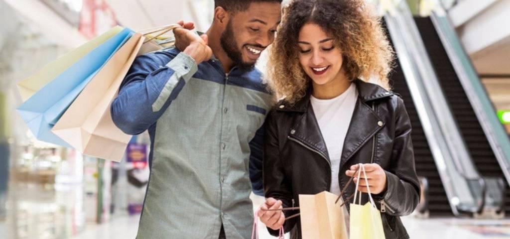 Un couple faisant du shopping