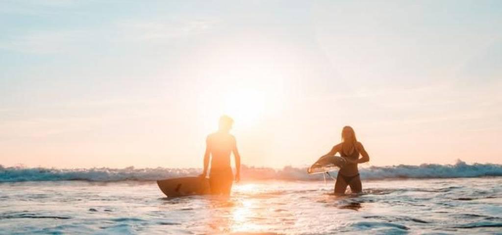 Deux surfers dans l'océan
