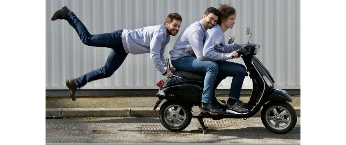 Equipe de Noil sur un scooter
