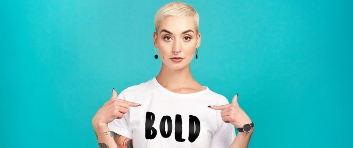 Une femme avec un t shirt  - bold -