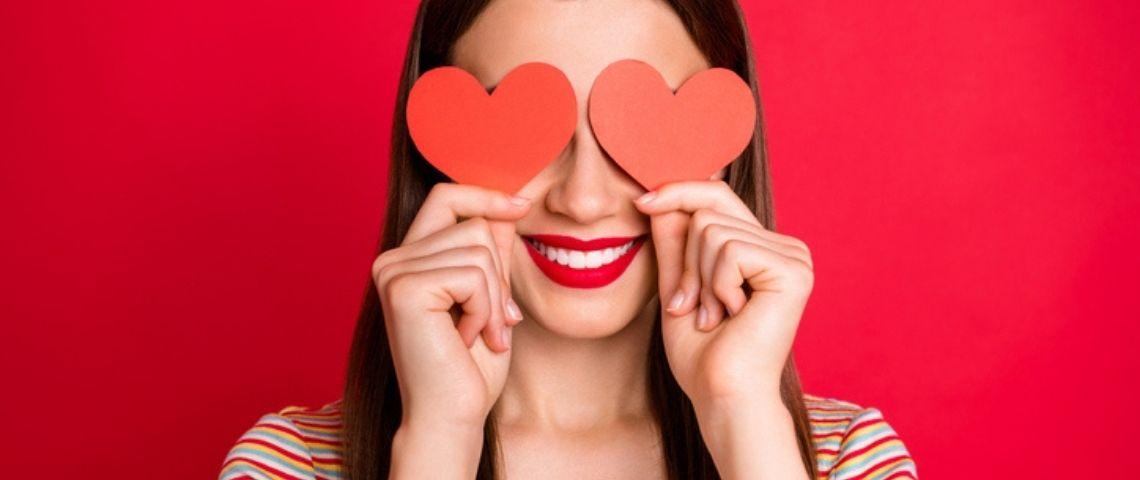 Femme avec des coeurs dans les yeux