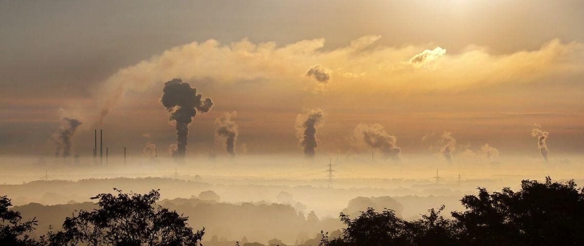 Fumée sortant de cheminées d'usines