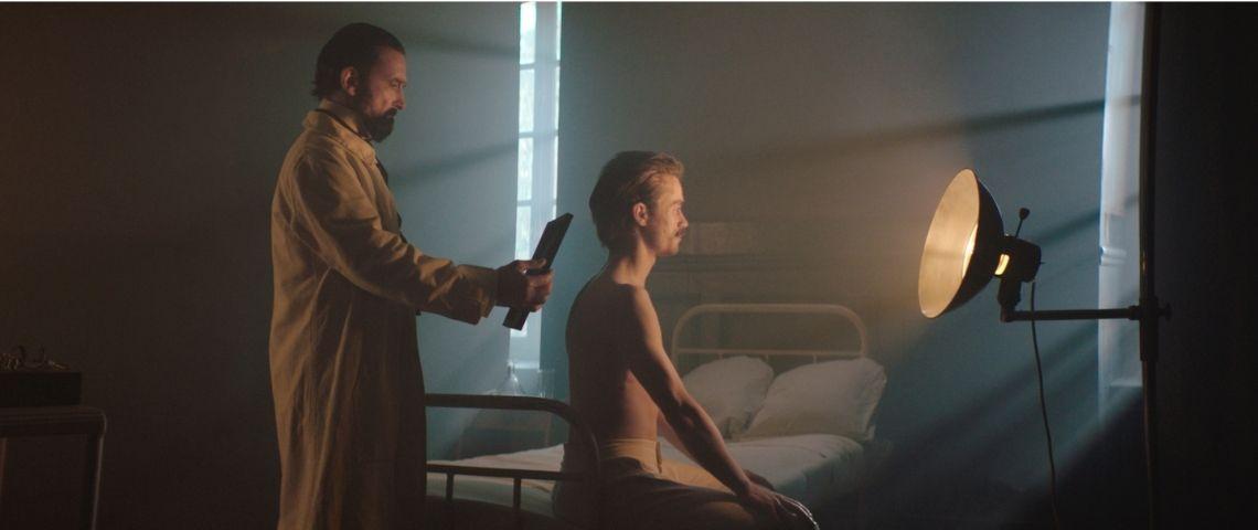 Médecin oscultant un patient