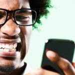 Un monsieur énervé devant son smartphone