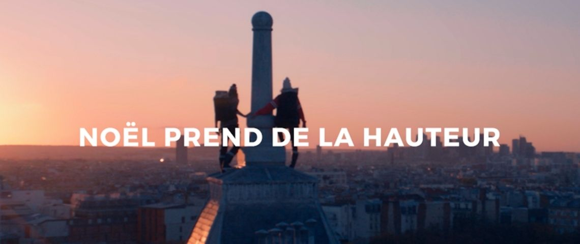 2 jeunes garcons de dos sur les toits de Paris