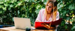 Une travailleuse freelance sur son bureau