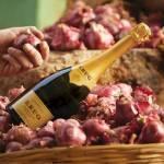Bouteille de champagne, posée sur un panier avec des oignons