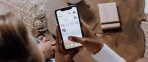 Ado devant leur smartphone avec le logo TikTok
