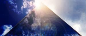 Building se fondant dans les nuages