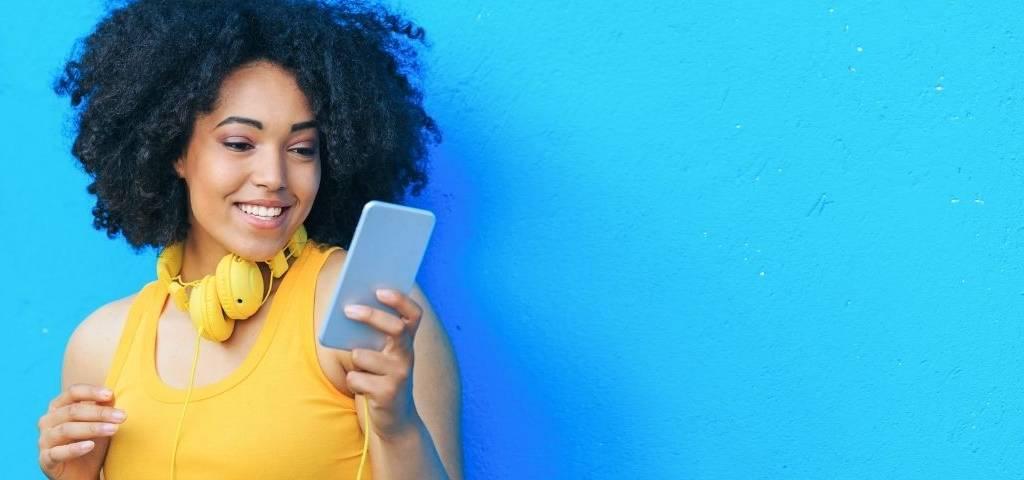 Une femme avec un téléphone dans les mains