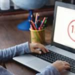 Pettie fille devant l'écran d'un ordinateur avec la mention 18+