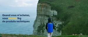 Jeune femme avec un sac à dos comtemplant une falaise
