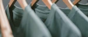 T-shirt verts sur des cintres