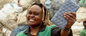 Une kenyane avec une brique dans la main