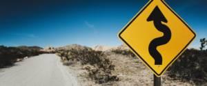 Un panneau sur une route aride