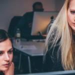 Deux femmes devant un écran d'ordinateur