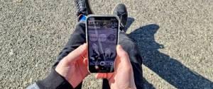 Jeune homme vivant l'experience try on sur son smartphone