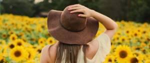 Femme de dos dans un champ de tournesol