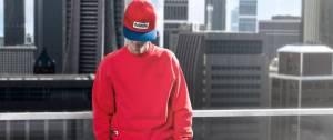 Jeune homme portant un pull rouge de la marque Fulllife