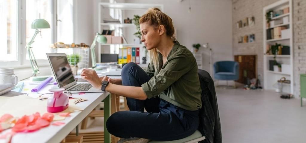 Une femme travaille sur son laptop