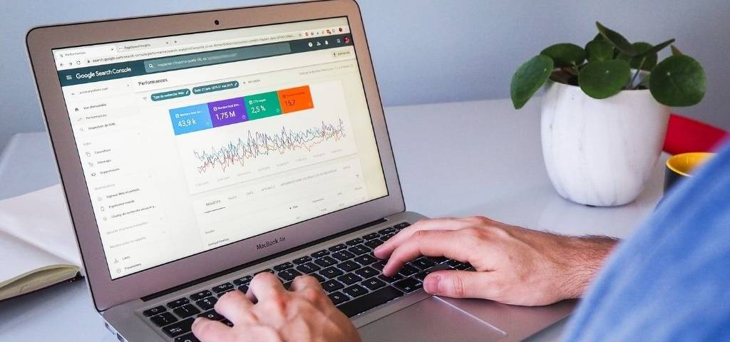 Ecran d'ordinateur avec résultats analyse SEO