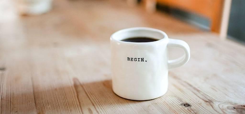 Une tasse à café marquée  - Begin. -
