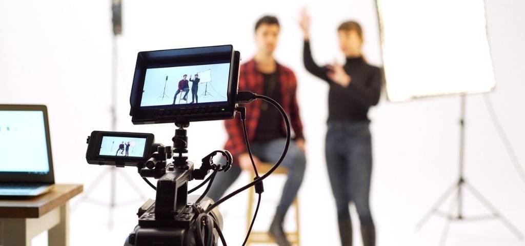 Deux personnes en train de tourner une vidéo