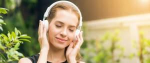 Jeune femme ayant l'air détendue avec un casque sur les oreilles