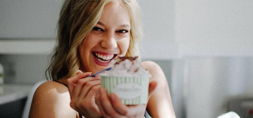 Une femme mangeant une glace