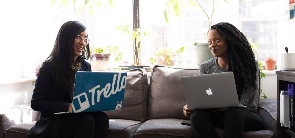 Deux femmes avec des ordinateurs