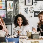 3 jeuens femmes dans un atelier