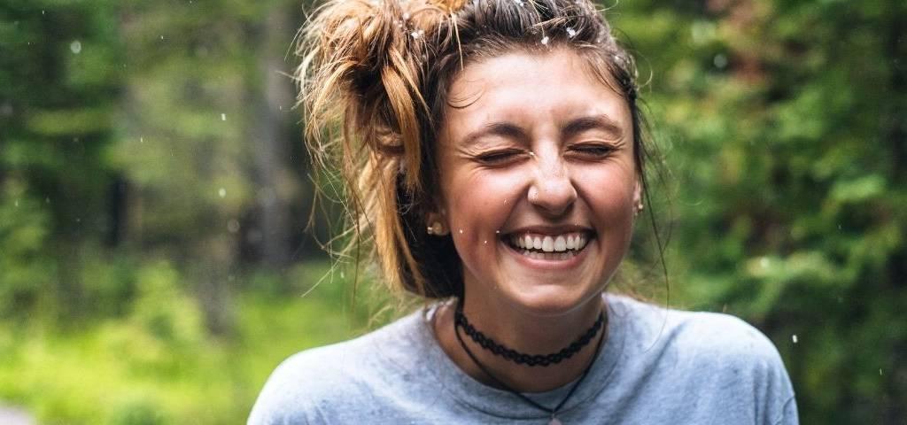 Une femme qui rit