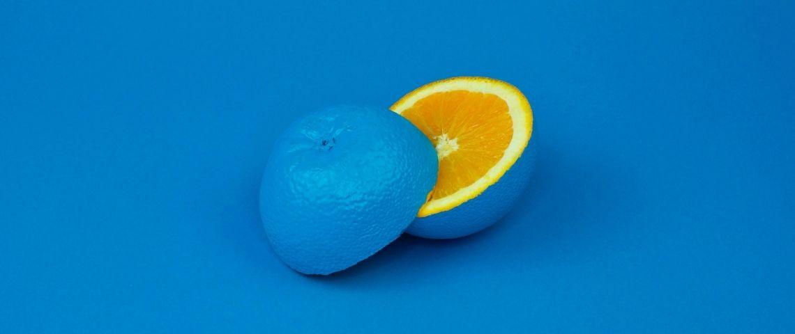 Un citron bleu coupé en deux