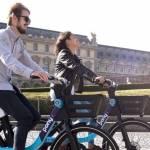 2 personnes souriantes sur des vélos électriques Pony