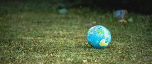 Le globe terrestre sous forme de ballon sur de l'herbe