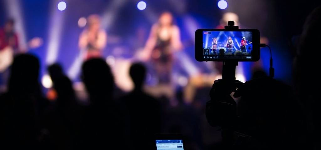 Concert avec un téléphone qui filme