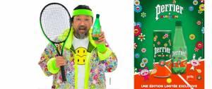 Takashi Murakami qui tient une bouteille de Perrier. Il est habillé en Tennis man (version Murakami, avec des fleurs colorées)