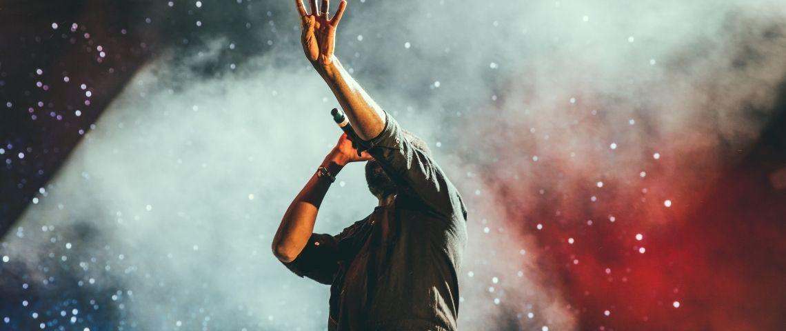 Un chanteur en concert
