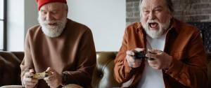 Deux hommes seniors qui jouent à des jeux vidéo
