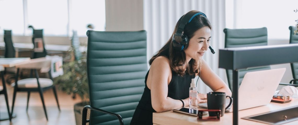 Une femme devant un ordinateur