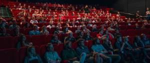 Salle de cinéma pleine de gens