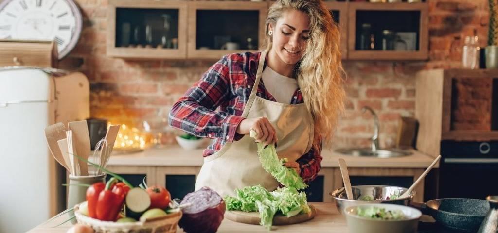 Une femme qui fait la cuisine