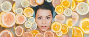 Une femme dans un bain avec des tranches de fruits