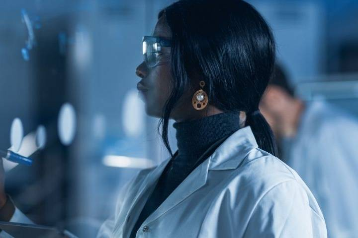 Une femme travaille dans un labo