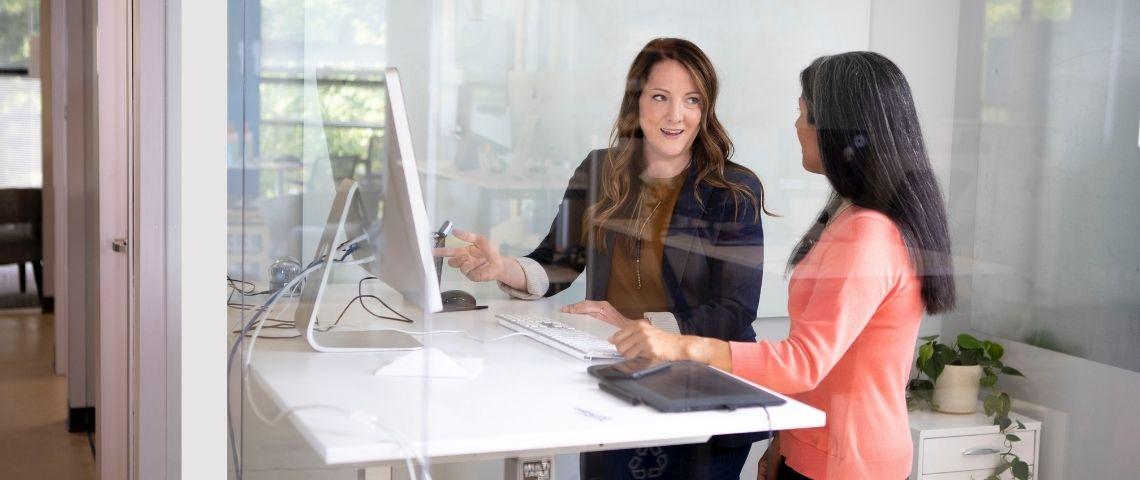 deux femmes qui travaillent dans un bureau