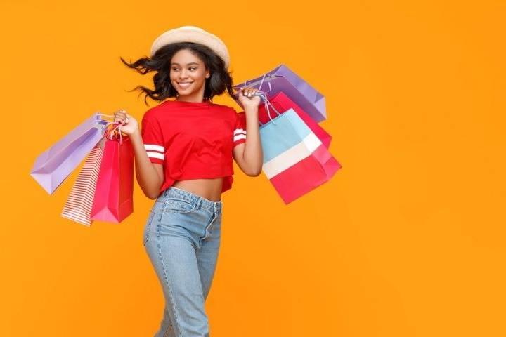 Une femme qui fait du shopping